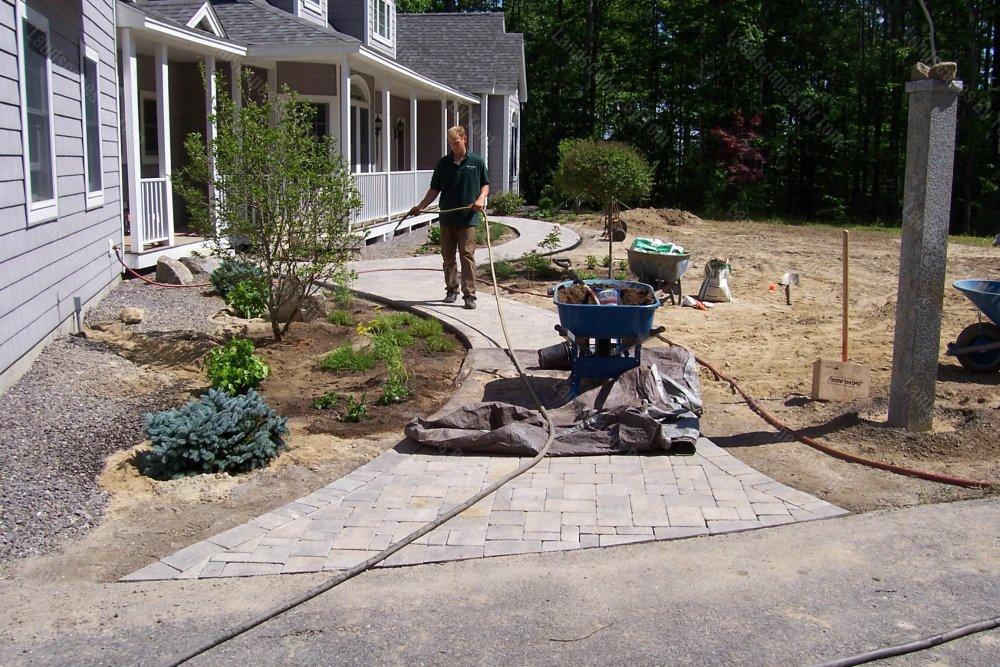 2013_3_progress_at_view_of_front_Here_the_plantings_are_getting_watered_1-min
