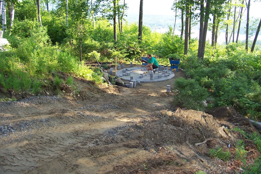 2013_9_progress_patio_in_lower_area_Here_the_garden_on_the_far_side_is_in_so_now_the_circle_patio_has_started_to_be_laid-min