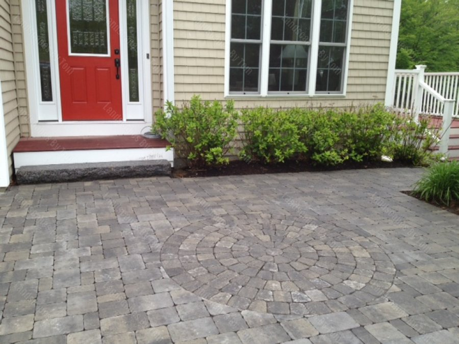 circle_pattern_in_pavers_in_patio_near_front_door-min